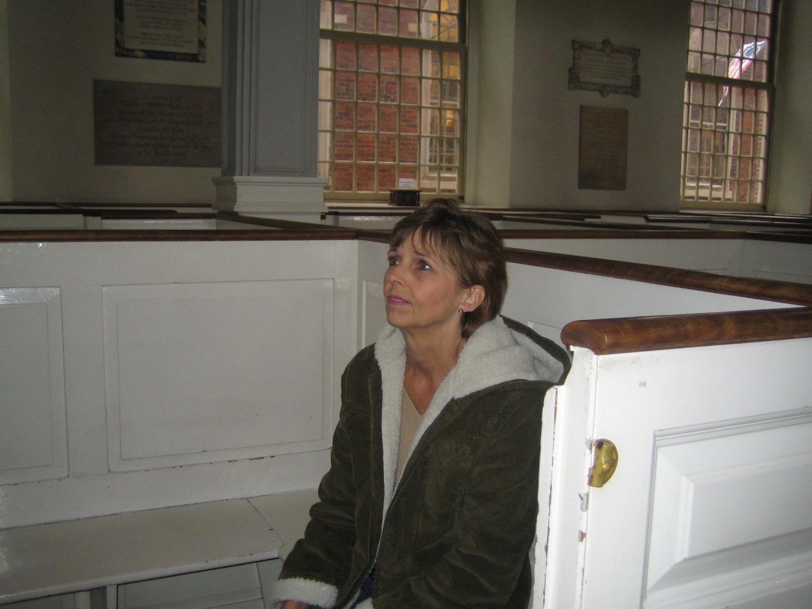 Boston - Donna in pew box